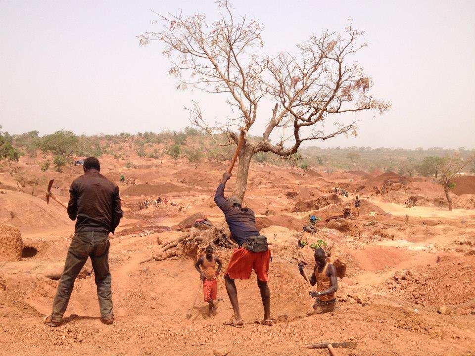 Les orpailleurs dans une mine à Siguiri