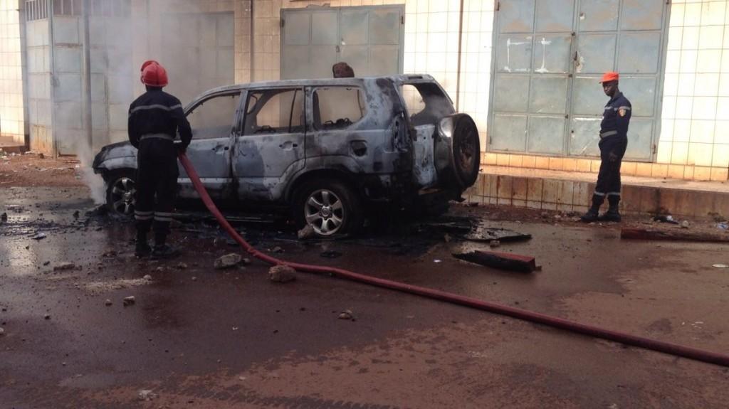 Le véhicule du président des Démocrates Guinéens incendié