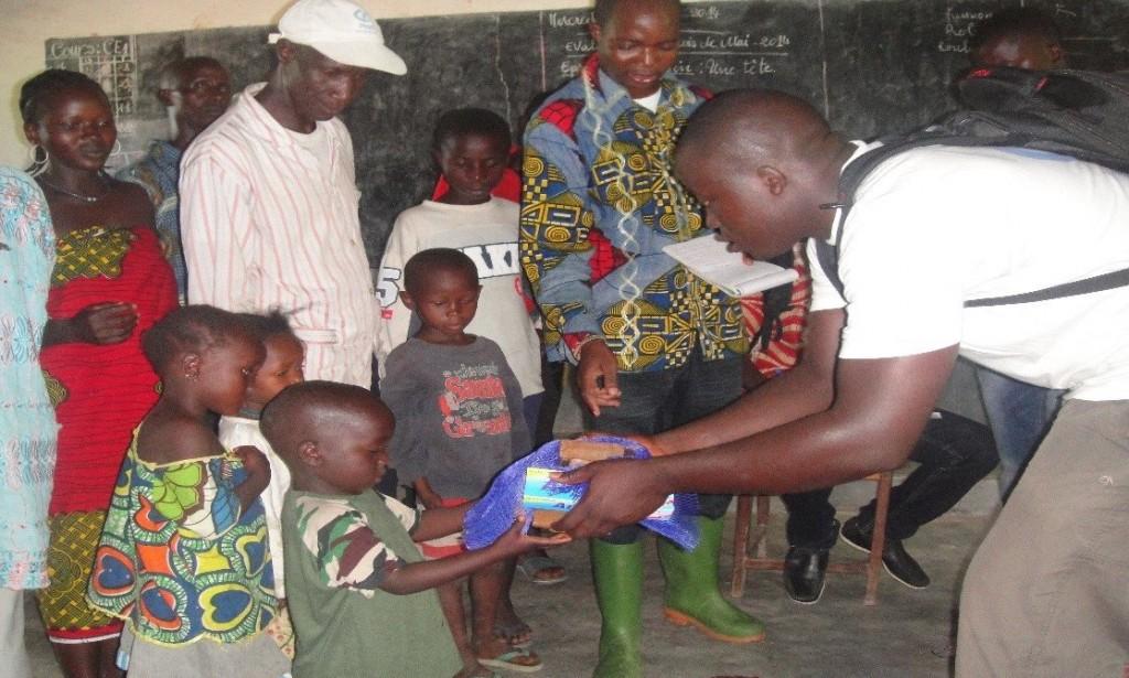 Distribution de kits d'hygiène aux enfants dans le village de Mellandou (Guéckédou) par l'ONG Monde des enfants