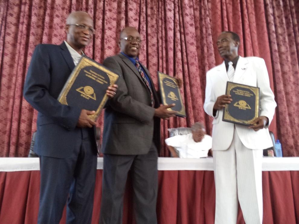 De gauche à droite, Mamady Kourouma, recteur de Sonfonia - Guy Yogo, représentant adjoint de l'UNICEF - Doussou Lanciné Traoré, recteur de Gamal.