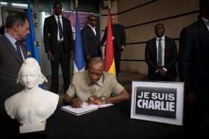 Le Président Condé signe le régistre des condoléances