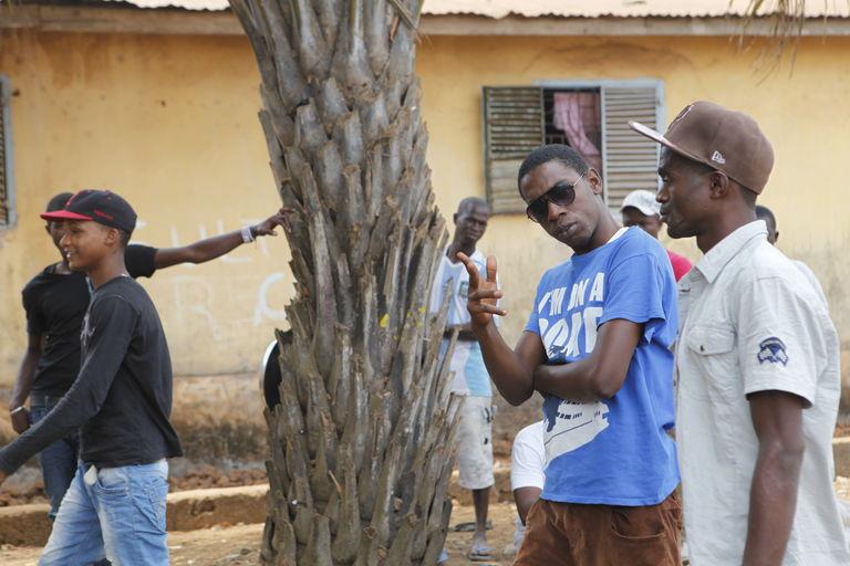 Dans la banlieue nord de Conakry, les jeunes remplissent les rangs de l'opposition pendant les manifestations Crédits : Joan Tilouine