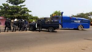 Policiers en face des manifestants