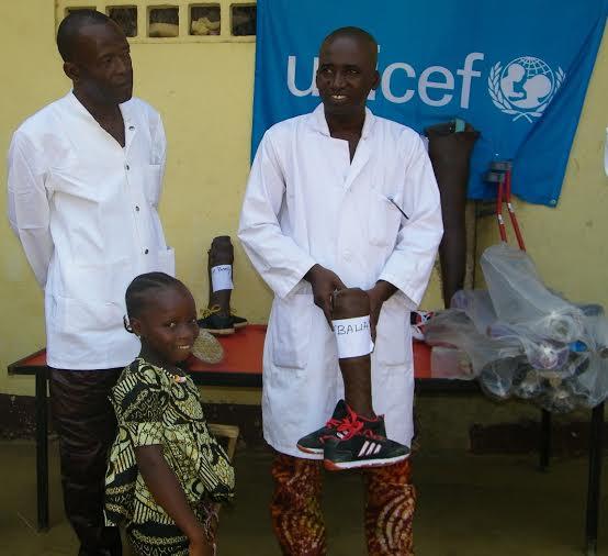 Toute souriante, M'Balia reçoit son appareil - Centre National d'Orthopédie