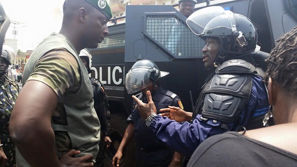 De G à D: Colonel Balla Samoura (gendarmerie), Colonel Bafoe (Police). Crédit photo: Binany