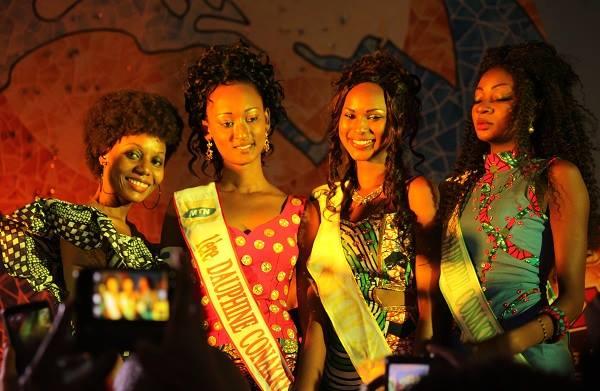 La Miss Conakry entourée de ses deux dauphines et Johanna Barry